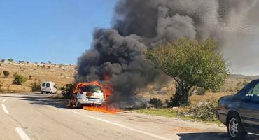 MOSTAR Izgorio automobil u vožnji