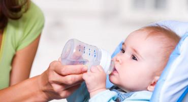Stručnjaci upozoravaju da male bebe ne bi smjele piti vodu