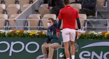 PONOVILO SE Novak Đoković pogodio linijskog suca lopticom u glavu