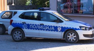 Priveli ih zbog pomaganja osumnjičenom za ubojstvo, pa pronađena i dva ukradena automobila