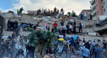 RAZORAN POTRES U TURSKOJ Traže ljude pod ruševinama, u Izmiru srušeno 20 zgrada