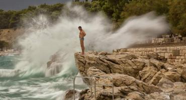 SPLITSKO STANJE UMA Kupaju se, skaču i surfaju na jakim udarima vjetra i valovima do 4 metra