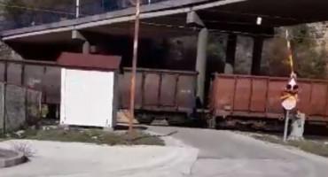 ŽITOMISLIĆI Vlak prolazi, rampa podignuta, semafor bez signalizacije