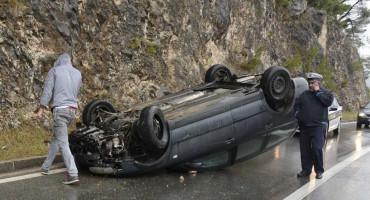 Na Žovnici se prevrnuo automobil, promet otežan