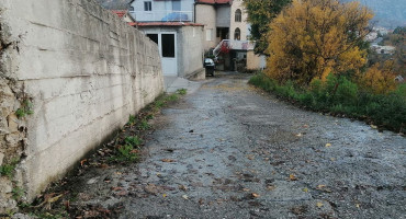 ČIJA JE STRANA KLJAJINA STRANA Voda lije ulicom, počeli i prvi mrazevi, ne pomaže ni što nositelj jedne liste ima zemljište u ulici