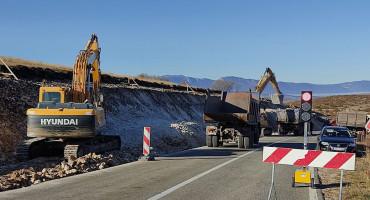 STROJEVI BILI PARKIRANI Livnoputevima ukrali iz rezervoara 950 litara goriva