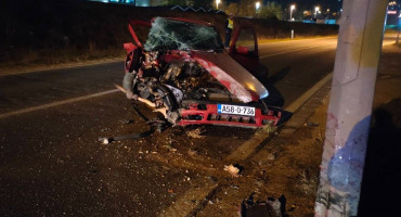 MOSTAR Automobil se zabio u rasvjetni stup, dvije osobe ozlijeđene