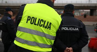 Migrant teško ozlijedio jednog, a lakše drugog policajca
