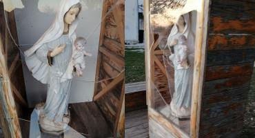NOVI INCIDENT Slomljeno staklo na Gospinu kipu kod OŠ Hodovo