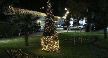 Zasijale prve lampice u Trebinju, ukrašavaju se zidine Starog grada