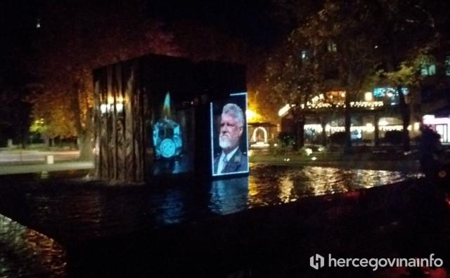 MOSTAR Spomenik hrvatskim braniteljima osvijetljen fotografijom Slobodana Praljka