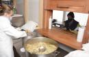 PREKOSUTRA JE BOŽIĆ Dok sjedimo za prenatrpanim trpezama, mnogi će po obrok u Pučku kuhinju