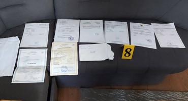 PRETRES Policija otkrila krivotvorene PCR testove, novac, pečate, osobne iskaznice ...