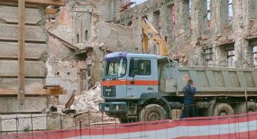 ZGRADA NAME Dio ruševine pao na radnika, odvezen u bolnicu