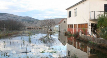 ČAPLJINA Poplavljena dvorišta, prometnice i poljoprivredne površine
