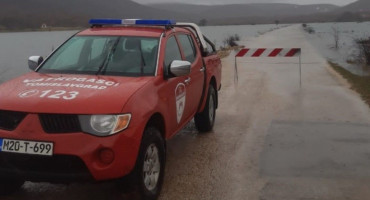 TOMISLAVGRAD Zbog poplava zatvorena lokalna prometnica u Vinici