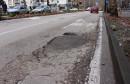 """Bacili """"dvije lopate"""" asfalta u rupu na Aveniji, ali sad ima nova"""