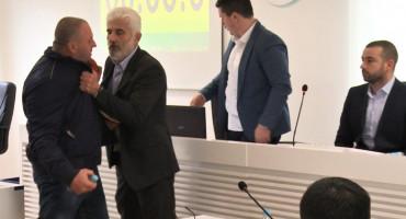 Incident u Skupštini Bileće, vijećnik udario nogom u stol predsjednika