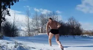 """IMUNITET """"Duvanjski Putin"""" se okupao u Šujici te bez odjeće protrčao snijegom"""