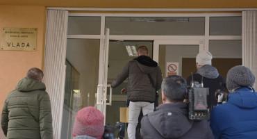 RAZBIJANJE SINDIKALISTA Ušao samo Anić, Vuković ostao iza vrata