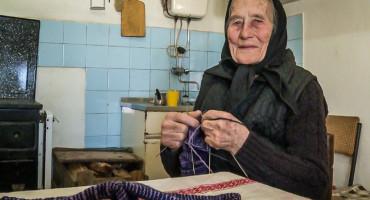 BAKA MIKA 92-godišnja starica iz Hercegovine cijelom selu na dar isplela vunene čarape