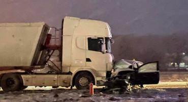 VITEZ U sudaru kamiona i automobila smrtno stradala jedna osoba