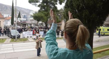 ZDRAVSTVENI DJELATNICI NASTAVLJAJU BORBU Od srijede svaki dan prosvjedna šetnja