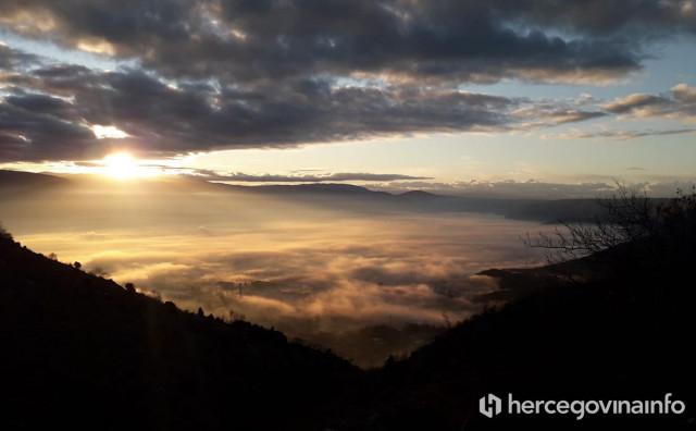 Sunce probija maglu iznad Jasenice i Rodoča