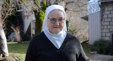 Časna sestra Ljubica Kovač liječila je travama na tisuće ljudi, dolaze joj i ministri i sirotinja. Ovo je njezina priča!