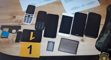 OD RANIJE POZNAT FUP zbog dilanja droge zaplijenio kolekciju mobitela i oružje
