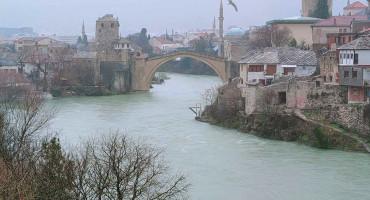MOSTAR Nabujala Neretva poplavila plato oko Starog mosta