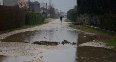 Bazeni pred kućama u Ortiješu, mještanima treba čamac da prođu kroz ulicu