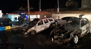 VITEZ Izgorjelo nekoliko automobila u auto kući