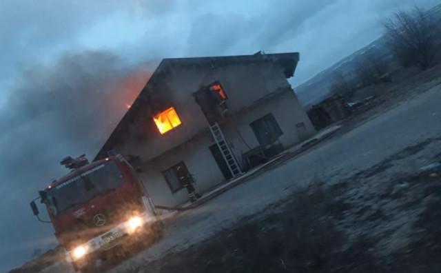 TOMISLAVGRAD U požaru izgorjela kuća, šesteročlana obitelj ostala bez krova nad glavom