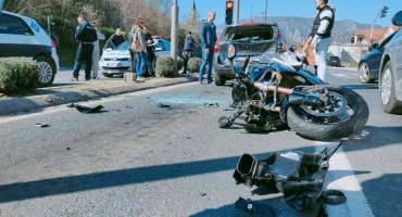 MOSTAR U težem sudaru tri automobila i motocikla ozlijeđena jedna osoba