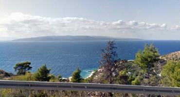 Kod Makarske automobil s putnicima probio ogradu i završio u moru