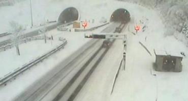 Snijeg, kiša, olujni vjetar i prometne nesreće usporili promet u Hrvatskoj