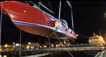 U Omišu dizalicom prebacili brodicu preko mosta
