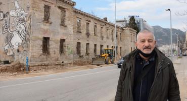 Stanari Ćirine zgrade četvrt stoljeća podstanari u svome gradu, Bešlić im je pričao šarene laže, uzdaju se da bi Kordić mogao pomoći