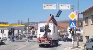 Među Gruđanima se širi urnebesan video, kamionom zakačio semafor