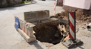 """MOSTAR Rudnik mjesecima stoji raskopan, rupe počele """"gutati"""" automobile, mještani strahuju za djecu"""