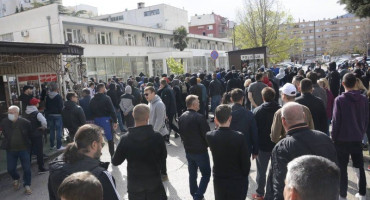 MOSTARCI PRED POLICIJOM Mirni prosvjed zbog premlaćivanja mladića