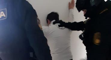 Uhićeni zbog spolnog odnosa s djetetom, zaplijenjene puške i pištolj