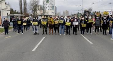 """""""PARAZITI NAPOLJE"""" Građani prosvjeduju ispred zgrade Vlade Federacije, traže ostavke"""