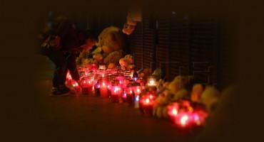 Poruke, igračke i zapaljene svijeće za umrlu djevojčicu