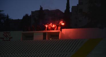Ultrasi bodrili Zrinjski s parkinga iznad stadiona, navijači Veleža bod proslavili vatrometom