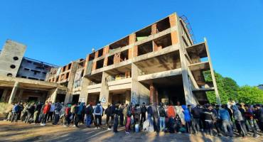 KONTROLA KRETANJA U ruševnom objektu zatekli 242 migranta