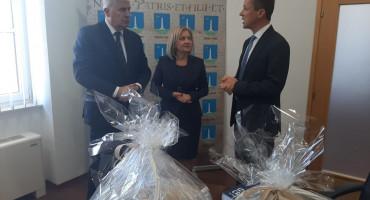 Čović gradonačelnika Livna častio knjigom, ovaj njega livanjskim proizvodima, evo sve, ali što će livanjski proizvodi Borjani Krišto