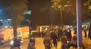 """Nezadovoljni navijači Zrinjskog ušli na stadion i """"održali lekciju"""" igračima"""