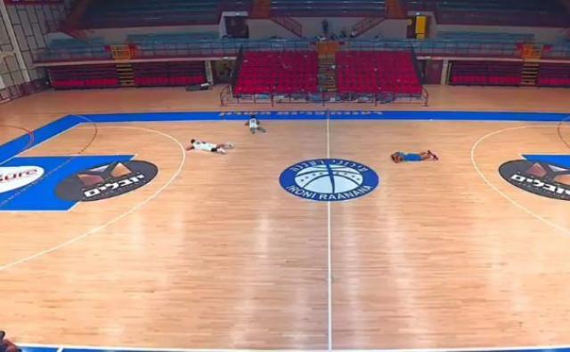 Utakmicu prekinuo alarm za raketni napad, košarkaši legli na parket